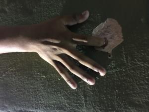 La mano temblorosa de un niño nos muestra el pide de los proyectiles de los policías que dispararon hiriendo niños y mujeres y hombres por orden de Borge quien borracho en una boda golpeaba a un periodista y arruinaba la fiesta de la amiga de su amante Gabriela Medrano .