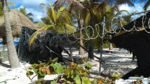 Las púas no permiten a los mayas de Akumal disfrutar sus playas y vivir de ellas .Les cobran 12 dólares por entrar .