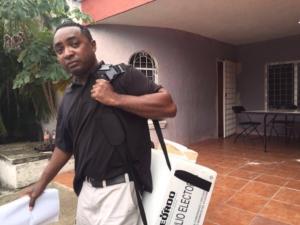 Este sujeto roba una casilla y se va.Dice que renuncia como funcionario y deja a los votantes mirando.Seccion 917 Playa del Carmen