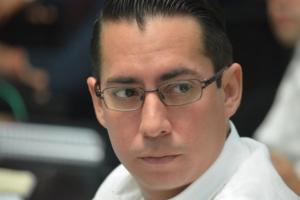 El legislador priista Alberto Vado parece pensativo, como preguntándose qué está pasando, por qué no avalan ninguna propuesta tricolor.