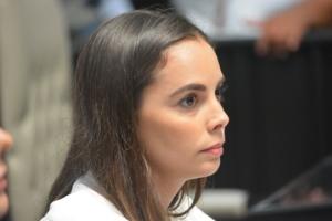 Ana Patricia Peralta, compañera de banca y bancada de Tyara, sorprendida por lo que ocurre en la sesión.