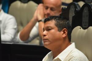 El diputado panista Fernando Zelaya observa cómo lleva a cabo la sesión, no vaya a haber mano negra.