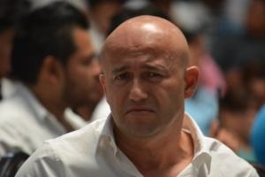 El exencargado del deporte de Cancún y ahora diputado priista José Luis González, está triste, como si hubiera perdido un campeonato.