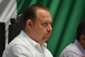 El presidente de la Mesa Directiva, José Esquivel, enojado por el retobo de José de la Peña en la votación de las comisiones.