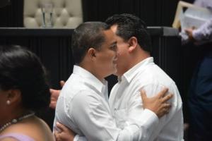Caballeroso abrazo entre el priista Raymundo King y el panista y presidente de la Gran Comisión, Eduardo Martínez Arcila.