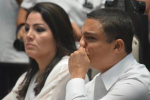 Mientras que a Raymundo King pareciera que quiere llorar, la tristeza también se apodera de su compañera, Santy Montemayor.