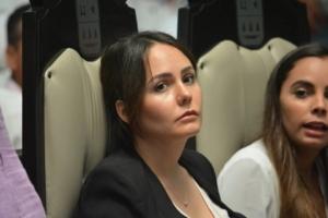 Las diputadas del PVEM, Tyara Schleske y Ana Patricia Peralta, desconcertadas ante el rumbo de la sesión.
