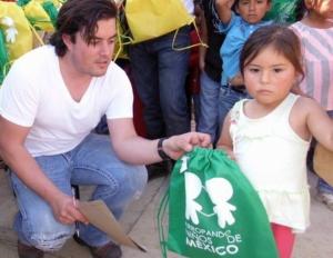 Remberto Estrada presumía a su amigo hoy en la Carcel acusado de secuestro de repartir mochilas de la fundación del Partido Verde