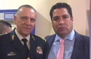 Jorge Brizuela se mete donde sea y se toma fotos como este con el general Cienfuegos para apantallar a políticos novatos como Carlos Joaquín
